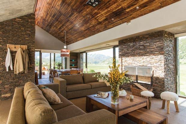 Aquí se combinan distintos materiales, como el pórfido (en el hogar y las paredes) y las maderas (guayubira en el cielo raso y petiribí, más liviano, para los muebles)..