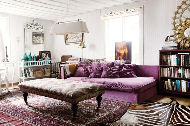 El living se equipó con un sofá-cama que la familia conservaba desde hacía quince años. Fue retapizado con pana en violeta profundo aprovechando la habilidad de la dueña de casa..