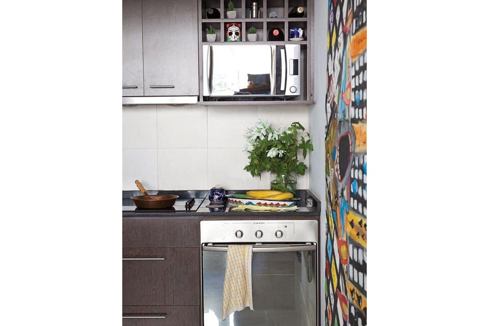 En la cocina hay un mural de Rafael López Saubidet. Además de las obras, muchos detalles de color corresponden a las artesanías que Pablo trae como recuerdo de sus viajes.  Foto:Living /Magalí Saberian