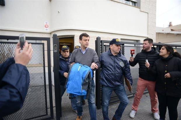 Víctor Manzanares sale de sus oficinas detenido y esposado
