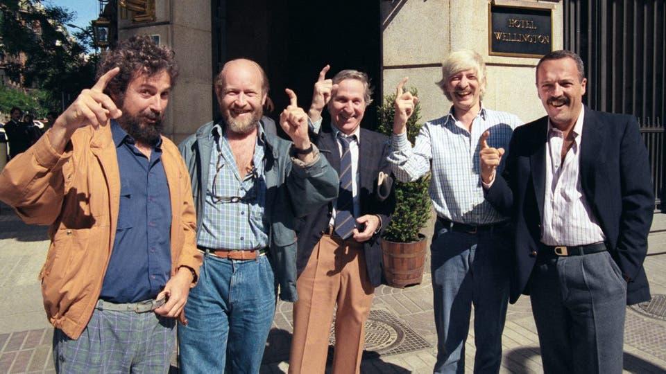 Los Luthiers demuestran ser buenos discípulos de Caturla, en la vereda del hotel Wellington en Madrid. Foto: gentileza Planeta