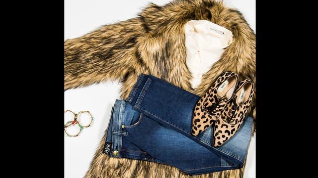 Hipster style por Cher - Tapado de piel sintética ($2000), jean elastizado con  parches  ($900), camisa de poplin con bolsillos ($998), abotinados de pelo animal print ($1100) y pulsera elastizada esmaltada ($243, India Style).