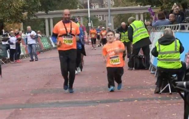 Liam completó la distancia que se le exigió recorriera en la media maratón de Cardiff