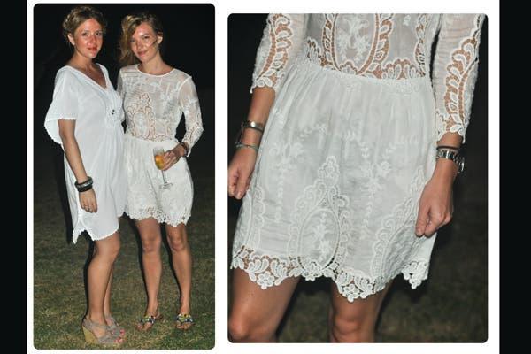 All in white! Las chicas eligen este color acromático para lucir dos vestidos clásicos que no fallan!. Foto: Lulu Biaus