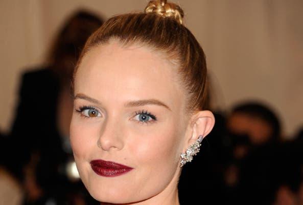Kate Bosworth, siempre marcando tendencia, no podía resistirse a estos aros. En este caso, el accesorio sólo le recorre media oreja. Foto: divinity.es