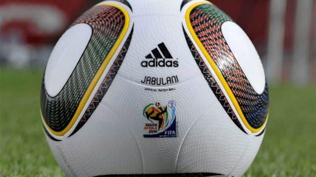 2010 Sudáfrica: la Jabulani fue muy criticada por los arqueros; una pelota totalmente esférica, ayudó a los grandes pateadores. Foto: Archivo