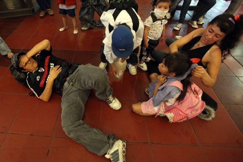 Varias personas descompuestas por la nube tóxica. Foto: LA NACION / Silvana Colombo