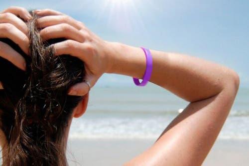 Este brazalete de silicona cambia de color para avisarte cuándo reponer tu protector solar y cuándo evitar el sol, para no quemarte.. Foto: OHLALÁ! /http://regalopedia.es/