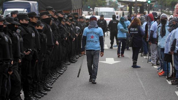Los militantes de Resistencia Popular portaron caños y palos durante la manifestación