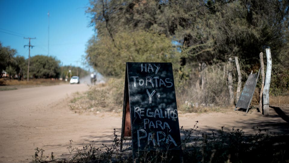 Algunos para sobrevivir cocinan y venden sus productos en la ruta. Foto: LA NACION / Diego Lima