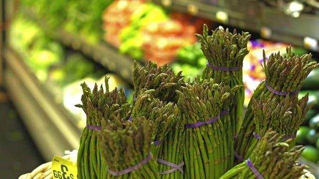 Se recomienda no ir de compras con hambre y poner en el carrito primero las frutas y verduras