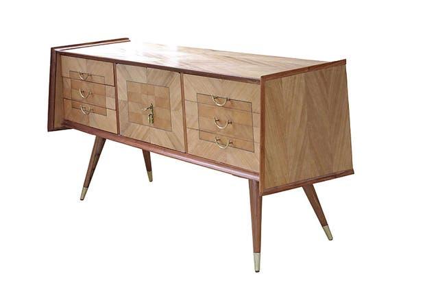 Cómoda de diseño escandinavo hecha con madera de petiribí. Tiene tiradores de bronce y puertas con cerradura (Laboratorio de Objetos).