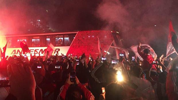 Tras ganarle a Boca, el plantel de River fue recibido por una multitud en el Monumental