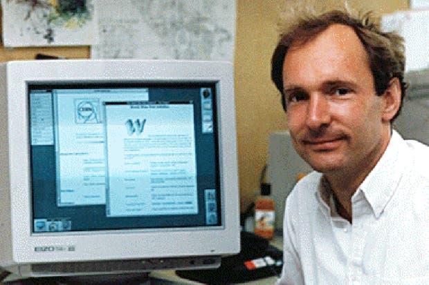 Tim Berners-Lee junto a la primera página web