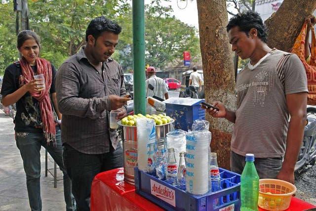 Los teléfonos básicos con prestaciones adicionales, conocidos como feature phones, son los equipos preferidos en los mercados emergentes debido a su costo y autonomía de uso