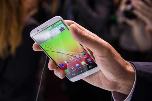 El LG G2, el teléfono móvil con pantalla de 5,2 pulgadas y con el control de volumen en la espalda. Foto: AFP
