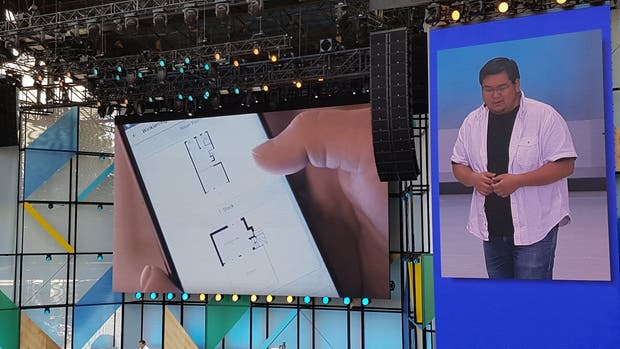Johnny Lee, el jefe del proyecto Tango, mostrando cómo un teléfono puede usarse para crear un plano de muy alta precisión