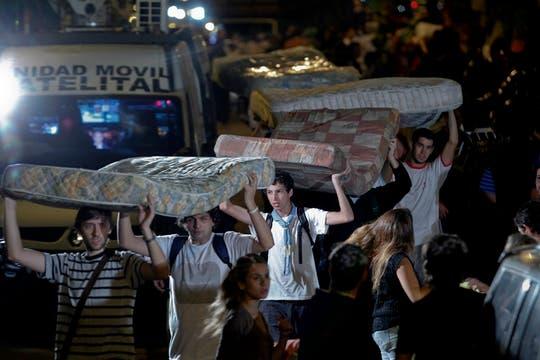 Voluntarios reciben las donaciones para repartilas entre lo más necesitados. Foto: LA NACION / Rodrigo Néspolo