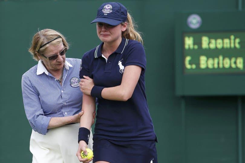 ¿Alguna vez se preguntaron qué pasa si te pega un saque de un tenista profesional? Esta ball girl sufrió un servicio de Raonic de 200 km por hora en el partido frente al argentino Berlocq y se fue llorando.. Foto: Reuters