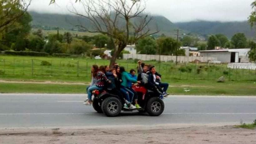 ¡Qué imprudencia!: subieron a más de 10 chicos en un cuatriciclo