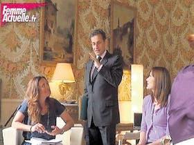 Sarkozy, con Bruni y la periodista de Femme Actuelle, en Facebook
