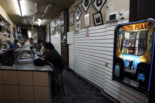 El bar Quita Penas, atiende con rejas, y deja entrar solo a los parroquianos, trabajan las 24 hs, el dueño asegura que hay mucha vagancia. Foto: LA NACION / Marcelo Omar Gómez