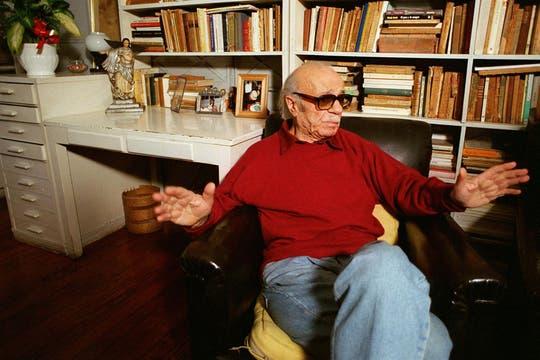 Sentado en su biblioteca de la casa de Santos Lugares, el 24 de junio de 1997. Foto: Archivo