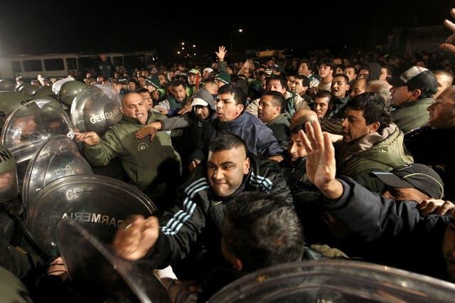 El momento de mayor tensión: camioneros de Moyano se enfrentan a la Gendarmería en la planta de YPF en La Matanza