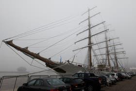 La Fragata Libertad, ayer, en el Apostadero Naval, ante un escenario nebuloso