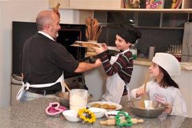 Fernando Santos toma clases de cocina, junto a sus hijos Matías (8) y Lucía (6)