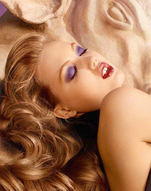 En la propuesta de Yves Saint Laurent, el violeta ilumina la mirada.