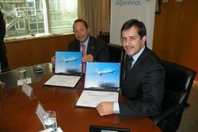 Mariano Recalde, presidente de Aerolíneas, y Van Rex Gallard, ejecutivo de Boeing
