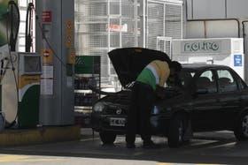 Los mayores argumentos en contra del GNC son su escasa autonomía; un cilindro de 60 litros (el más usado) equivale a unos 15 litros de nafta y permite circular en ciudad unos 150 kilómetros; también quita espacio en el baúl