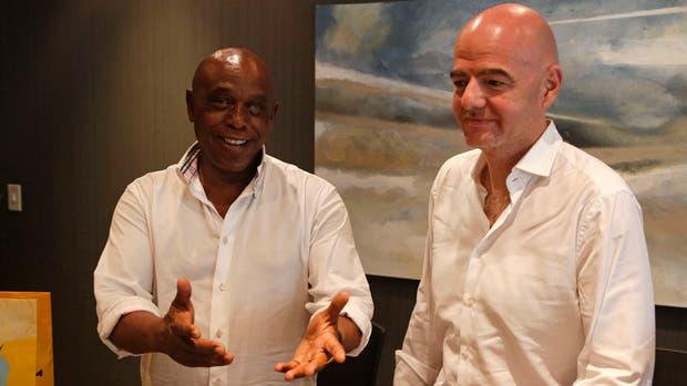 Tokyo Sexwale, que parece fuera de la carrera presidencial, recibió ayer a Gianni Infantino en Robben Island
