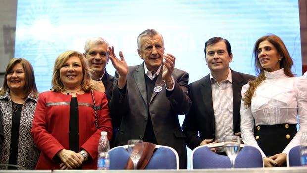 José Luis Gioja (en el centro) encabezó ayer un acto del PJ