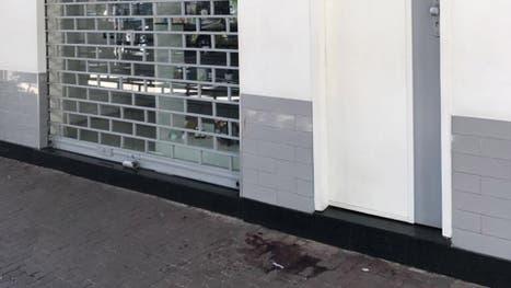 La mancha de sangre frente al bar  Barzin Rio Live, donde tuvo lugar la pelea