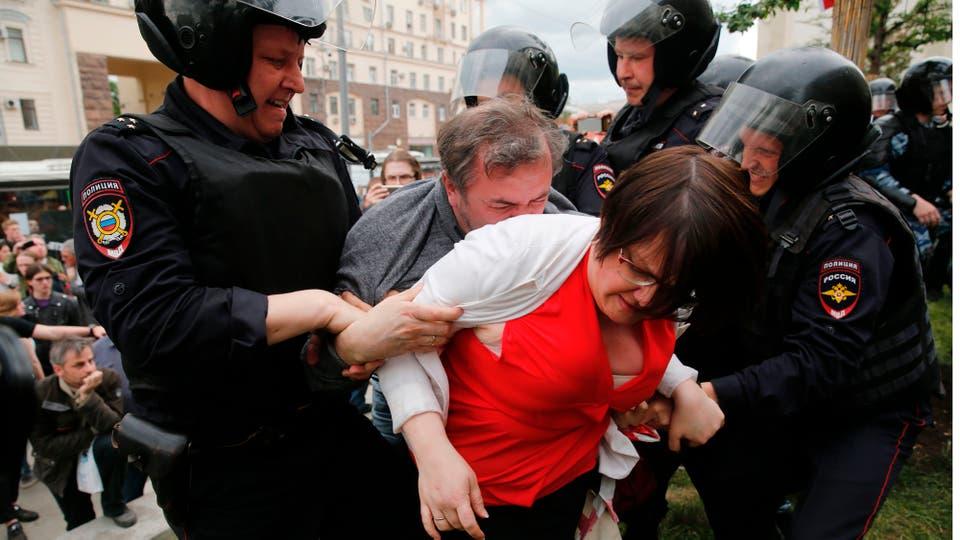 Miles de personas marcharon en más de 100 ciudades de Rusia . Foto: AFP