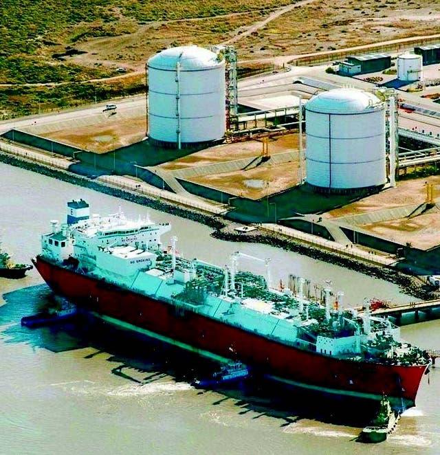 Uno de los barcos con gas, en el puerto de Bahía Blanca