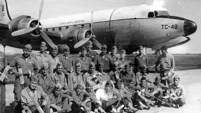 Los cadetes de la Fuerza Aérea Argentina antes de partir en el TC-48, el mayor misterio de la aeronavegación nacional