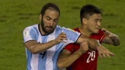 Pipa Higuaín ante Chile, en una de sus pocas participaciones en el seleccionado en 2017