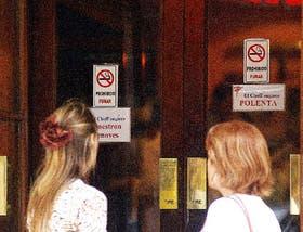 """Muchos bares y restaurantes de la Capital colocaron carteles de """"prohibido fumar"""" para alertar a sus clientes; muchos fumadores acataron la ley"""