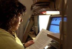 Alejandra Veloso Trigo, de 36 años, mientras estudiaba Historia, ayer, en su hogar de Caseros