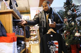 En un local de Union Station, en Washington, el político mira jarros y remeras
