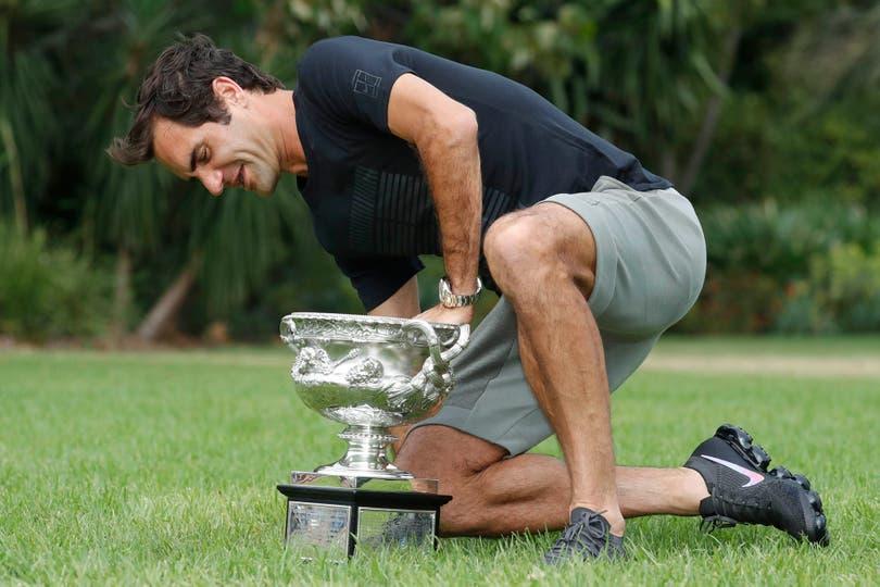 Federer y un ejercicio que acostumbra: posar con el trofeo de un Grand Slam