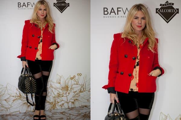 Esmeralda Mitre en De la Ostia. Blazer rojo, pantalones con transparencias y plataformas. Foto: Mass Group PR.
