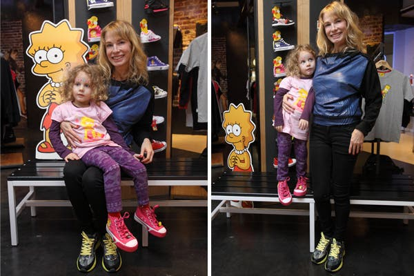 Gloria Carrá pasó con su hija Amelia por el local de Topper, para conocer la coleccion de Los Simpsons.  Foto:  Mass PR