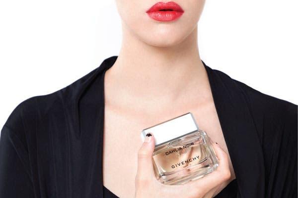 Sofisticada: La nueva fragancia de la línea Dahlia Noir, Dahlia Noir L'Eau 50 ml (Givenchy, $455), es más fresca y elegante. Misteriosa, intrigante y, a la vez, hiperluminosa..