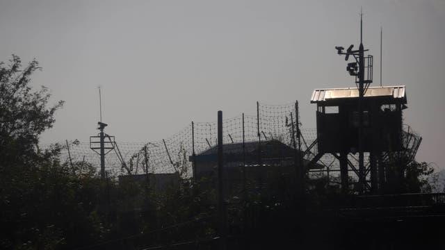 Puesto de control y vallado a lo largo de los 238 km de longitud de frontera entre ambas Coreas