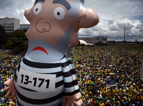 En Brasilia había enormes muñecos que imitaban a Lula. Foto: EFE