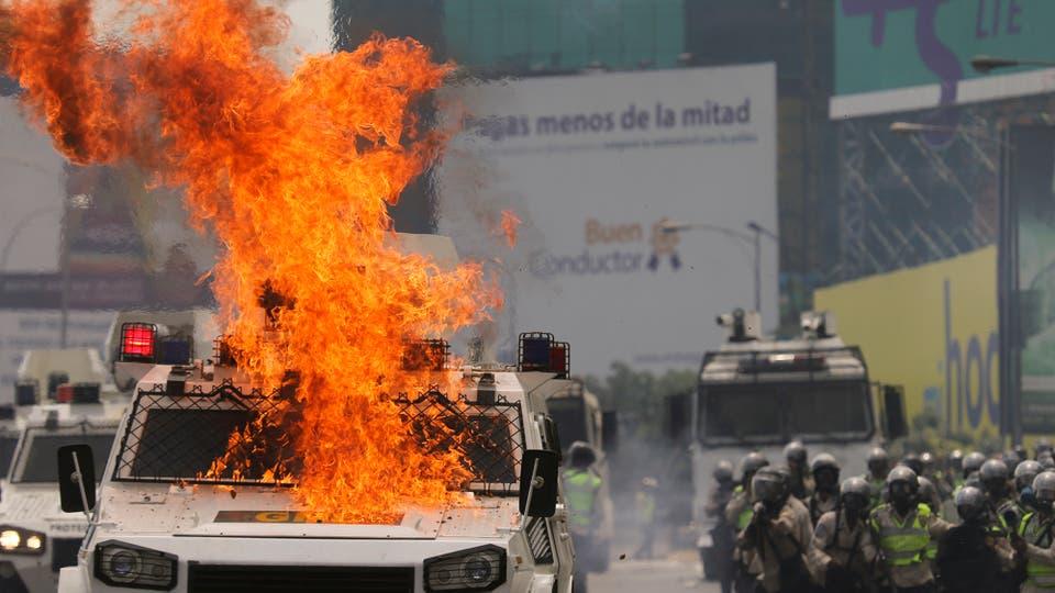Los manifestantes incendiaron un vehículo policial. Foto: AP / Fernando Llano